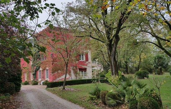 Saint-Affrique-les-Montagnes, Francja: Le domaine en arrivant Vue de la chambre La suite