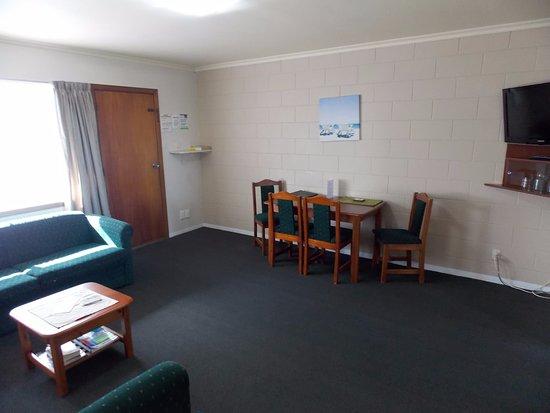 Rangiora Lodge Motel: Lounge, 2 bedroom unit