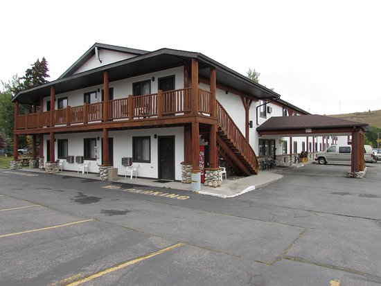 Beartooth Hideaway Inn & Cabins: Family Rooms all have their own entrance. And Jacuzzi tubs.