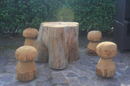 Rocchetta di Vara, Italie : Tavolo e sgabelli originali