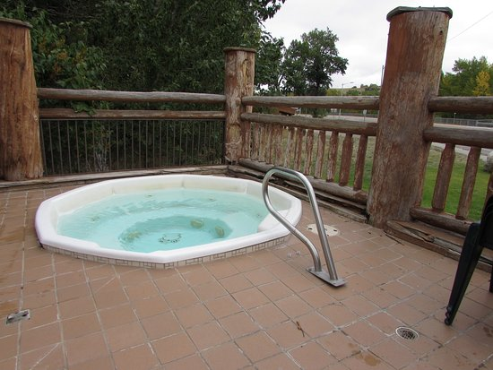 Beartooth Hideaway Inn & Cabins: Outdoor Hot Tub! Relax outside.