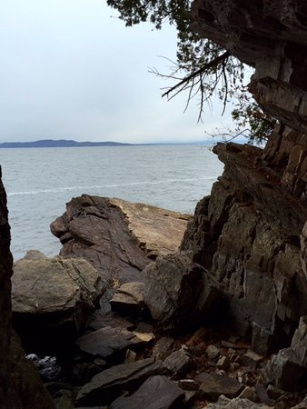 South Burlington, VT: One of many places to take in the view and the colors of the rock formations