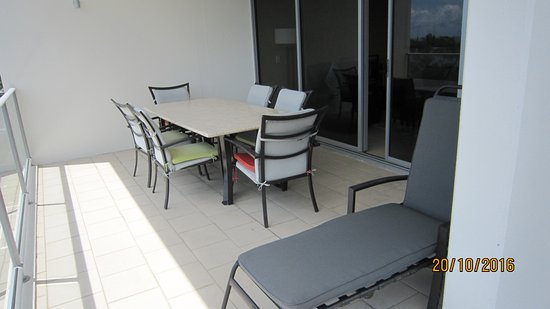 Space Holiday Apartments : Balcony outdoor 6-seat setting, plus recliner lay lounge.