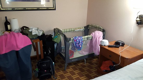BEST WESTERN Harbour Pointe Lakefront: easily can fit a pack and play in this room (346 ontario)