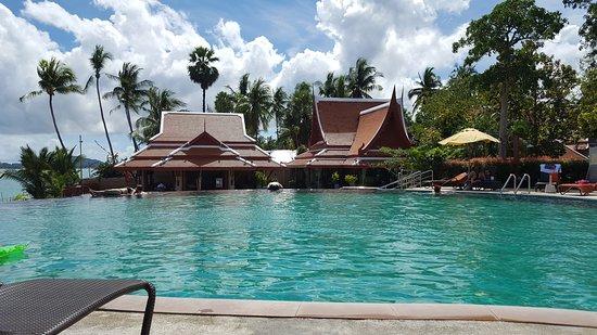 Samui Buri Beach Resort: Pool mit Blick auf das Restaurant