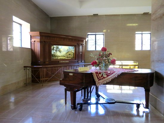 White Springs, فلوريدا: Old piano and diorama