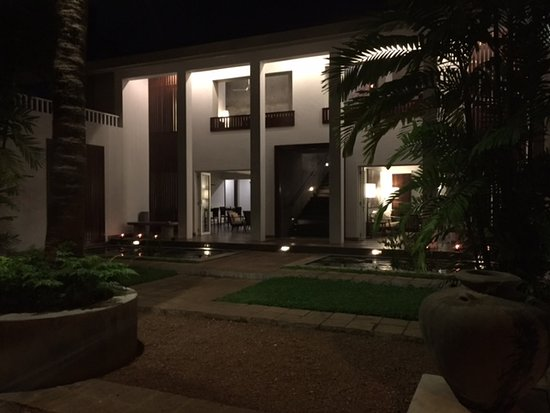 Taru Villas - Lake Lodge: From outside, evening