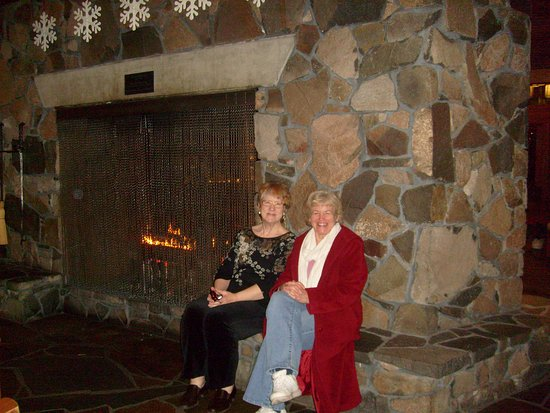 Skamania Lodge: Cozy lobby with huge fireplace