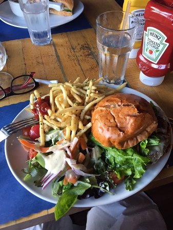 Seal Beach, Califórnia: Burger, salad and fries...all in all a nice lunch...and affordable