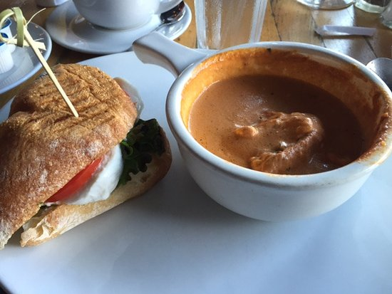 Seal Beach, Califórnia: Soup bisque with the cheese sandwich...half eaten!