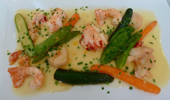 Semblancay, ฝรั่งเศส: The seafood dish with lobster and scallops in a 1976 Vouvray sauce