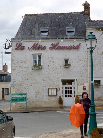 Semblancay, Francia: The simple entrance to La Mere Hamard.