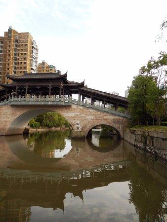 Jiangyan, China: 現代大樓vs古橋