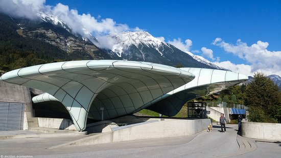 Cafe Pension Alpina: 3 min walking from the pension is the cable car station. Made from Zaha Hadid