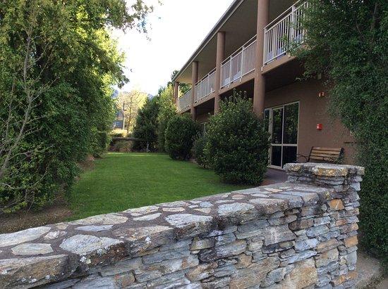 Hot Springs Motor Lodge: Front gardens
