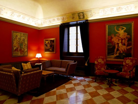 B4 Astoria Firenze: the red room in the lobby