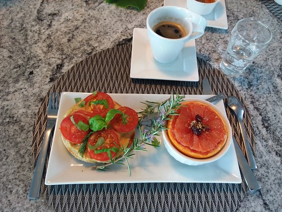 MGM Seashore Bed & Breakfast: Baked Grapefruit and Bagel with Hummus
