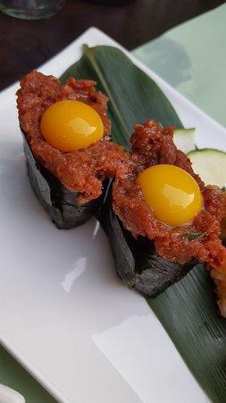 Sushi mit Rindstartar und Wachtelei