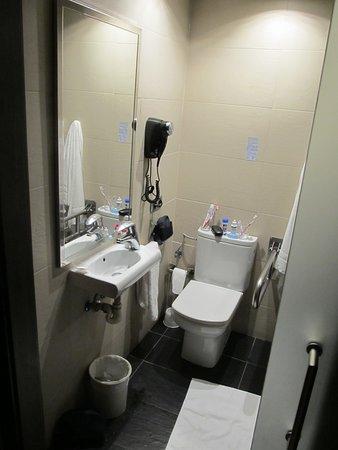 Hotel Oasis: winziges Waschbecken, keinerlei Ablage