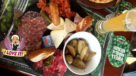 Le Grand-Quevilly, France: Assiette de charcuterie et pommes de terre grenaille + bière blonde