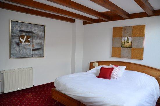Slaapkamer Hotel Stijl : Een slaapkamer in de stijl van de elzas foto van hotel julien