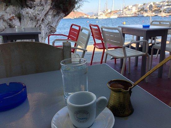 Καφές Ελληνικός (gr. Kaffee) im Yacht Club Livadi, Serifos, am Nachmittag.