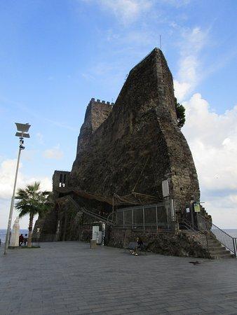 Het kasteel van Aci Castello. - Picture of B & B La Terrazza, Aci ...