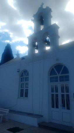 Kamilari, Greece: Gemütlich bei Vangelis sitzen und auf die Dorfkirche schauen
