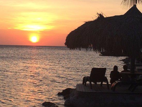Lions Dive & Beach Resort Curacao: dagelijkse zonsondergang vanaf het terras van restaurant Hemmingway