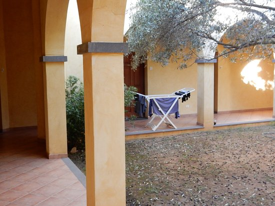 Tanca Irde: Another courtyard shot, including drying rack.
