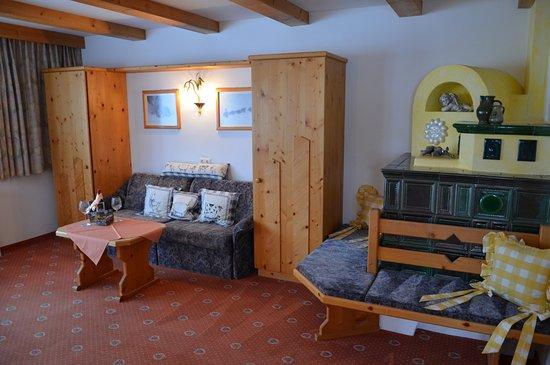 Ferienhaus Kirchplatzl Helle Gerumige Wohnzimmer Mit Kachelofen Und Ofenbank Gemtlich Zum Trumen