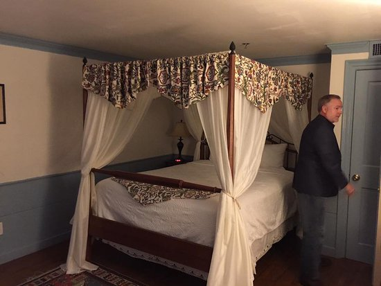 Longfellow's Wayside Inn: Basic room.