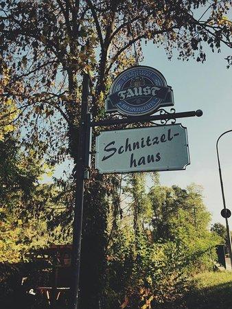 Stockstadt am Main, Deutschland: Das Reklameschild im Herbst.