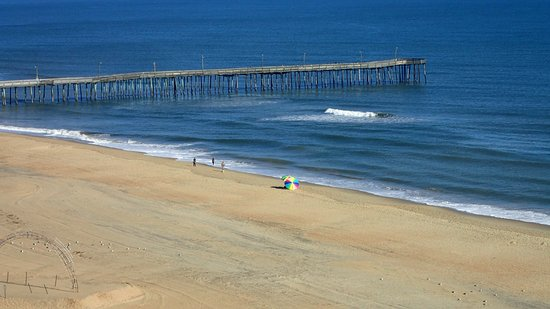 Hampton Inn Virginia Beach-Oceanfront South: THe VA beach Pier is only a few steps away.