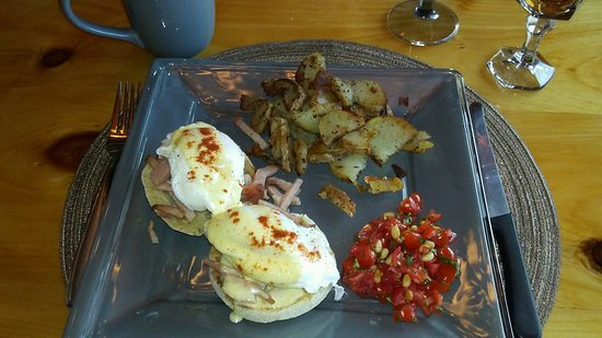 Mountain River Inn Bed & Breakfast : Eggs Benedict with eggs just slight more cooked than the traditional runny Perfections