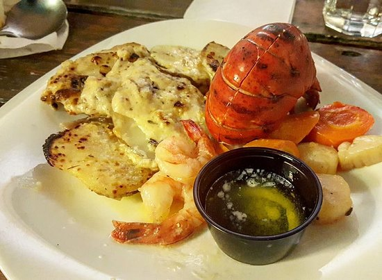 Gore Bay, Kanada: Lobster, scallops and shrimp! Choice of baked potato or scalloped potatoes