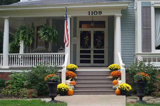 Jacksonville, IL: Beautiful fall Bed & Breakfast welcome.