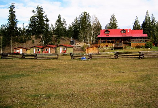 Clinton, Kanada: View of ranch house and four guest cabins.