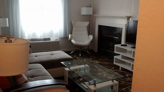 The Roslyn Hotel: Living room area