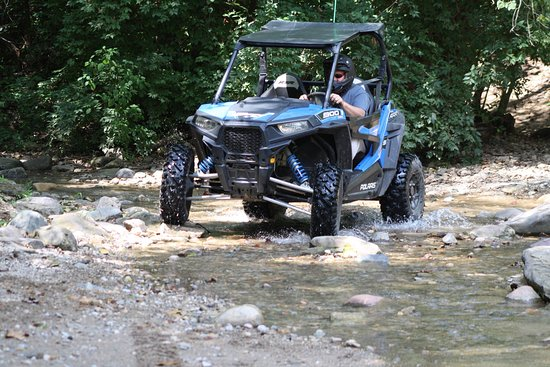 Attica, อินเดียน่า: RZR 900 Navigating the Stream