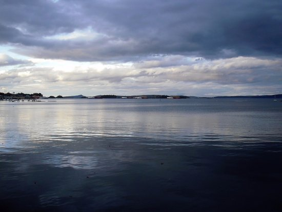 Crofton, Kanada: Beautiful skies and calm seas looking north from the seawalk.
