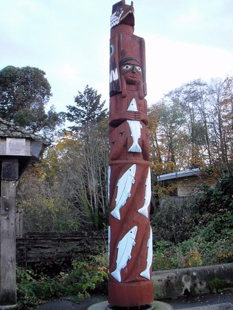 Crofton, Canada: A totem marking the beginning of the seawalk