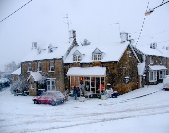 Chadlington, UK: Cafe de la Post in the snow
