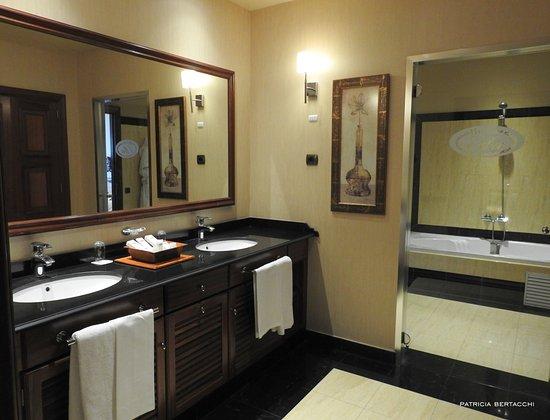 gran hotel elba estepona u thalasso spa vestidor y tocador de la suite