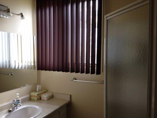 Wiarton, Kanada: Queen Bathroom with shower.