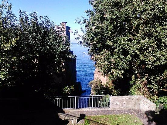 Sant'Agnello, Italia: da dietro il cancello...