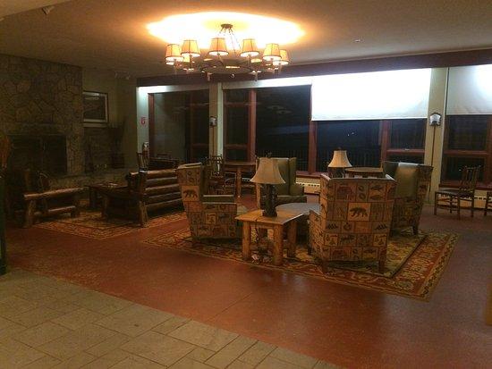 Bear Mountain Inn's Overlook Lodge: The common room