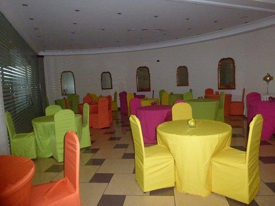 ulisse deluxe hostel mesas con manteles de variados colores