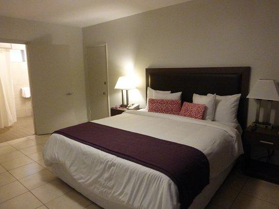 Collins Hotel: Amplia, limpia y cama cómoda