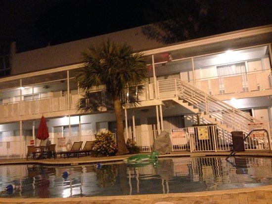 Collins Hotel: Agradable piscina luego de un día de compras!!